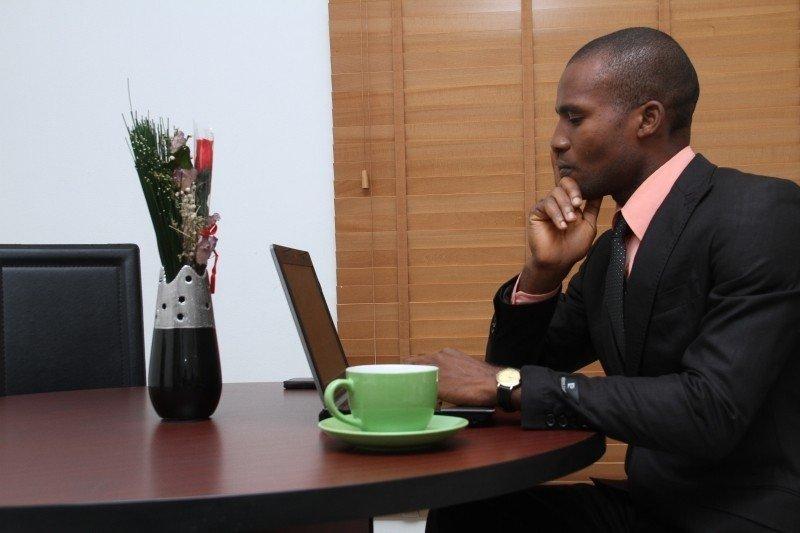 考える黒人ビジネスマン
